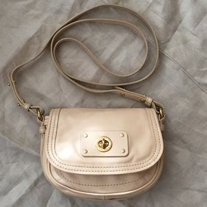 1b8fa4985236 MARC JACOBS turnlock nude leather crossbody bag